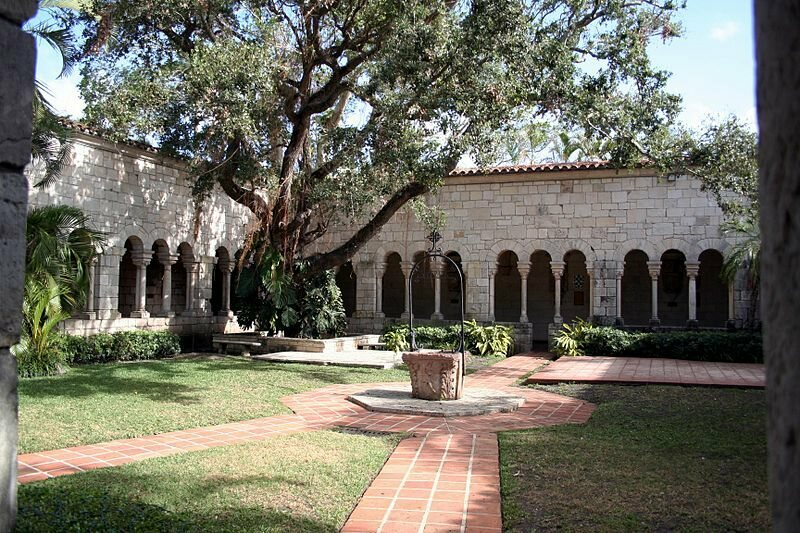 Photograph of the central yard surrounded by the cloisters of the St. Bernard de Clairvaux Church, Miami.