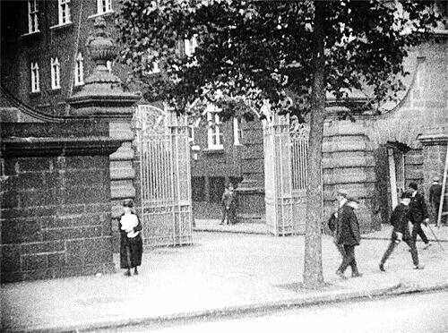 The gates of Scotland Yard in the early 20th century.