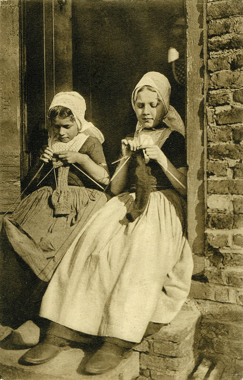 People Knitting Book : Strangely captivating vintage photos of people knitting