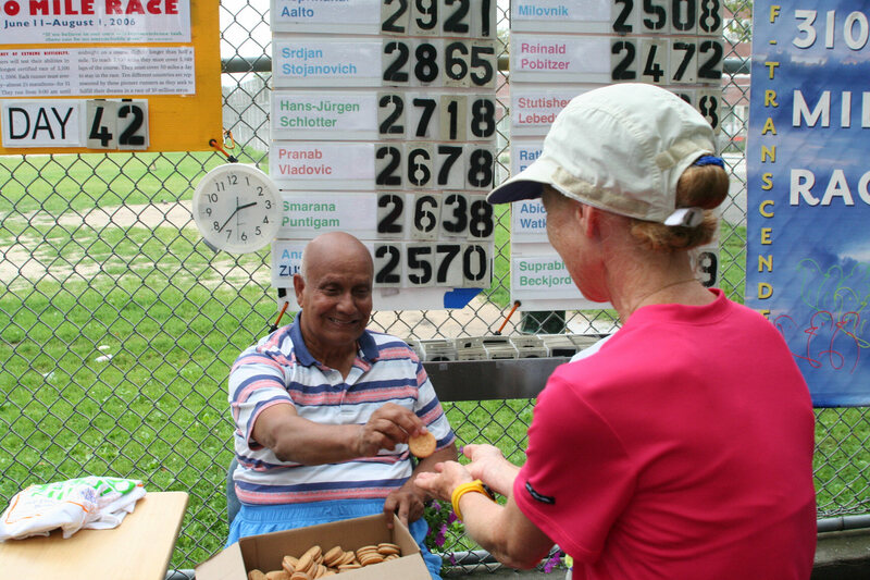 Sri Chinmoy hands Beckjord a cookie, 42 days into 2006's race.