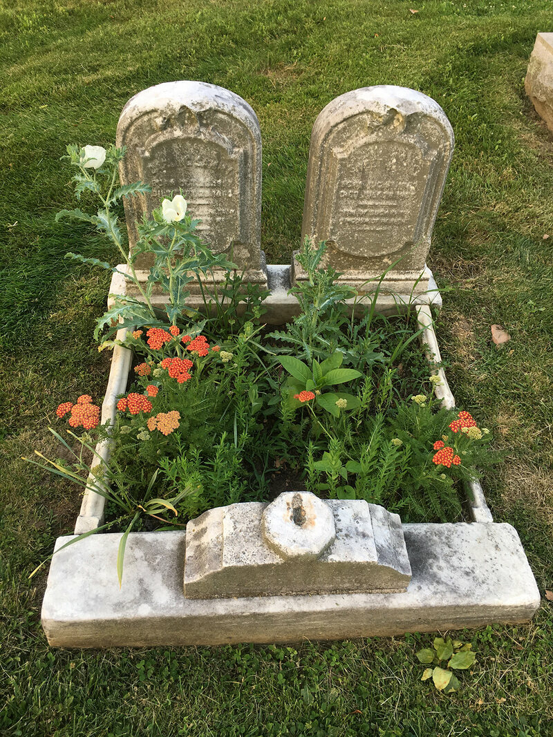 Small gardens are created in the grave.