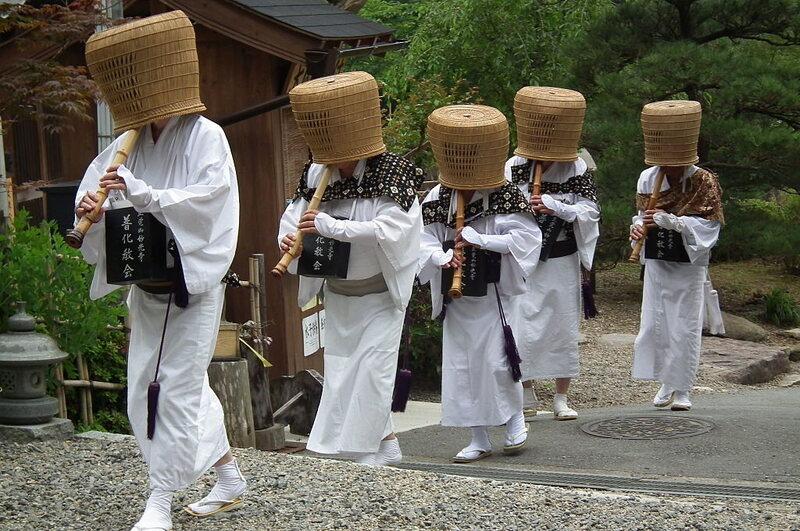 A parade of modern komusō reenactors,