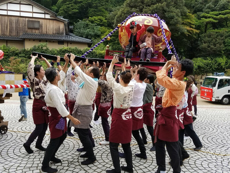 O-mikoshi teams perform in front of important businesses and are rewarded with cups of sake or beer (and water or tea).