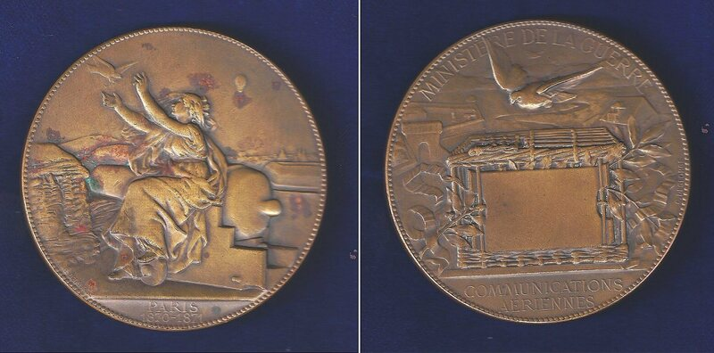 A medal commemorating the pigeon post. A balloon can be seen in the background.