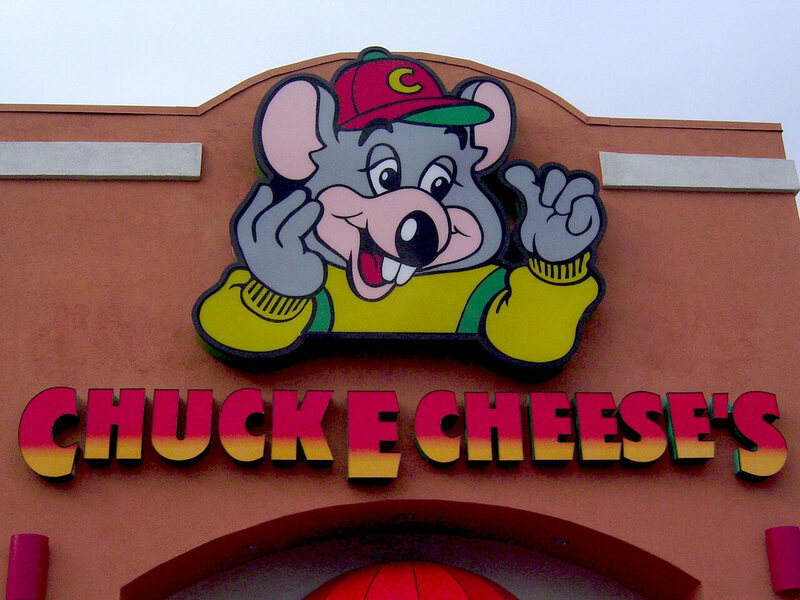 A view of Chuck E. Cheese's from the outside.