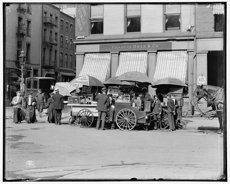 School kids would often eat from lunch carts in early 20th-century New York City.
