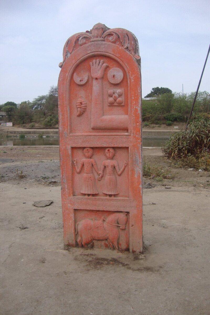 Vidisha Madhya Pradesh'teki bu sati taşı sembolizm ve hiyerarşi açısından zengindir ve muhtemelen savaşta ölen bir kralı, iki karısını ve atını tasvir etmektedir.