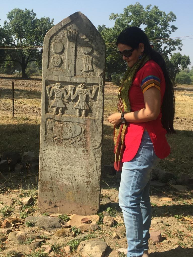 Ameeta Singh, aradığı yontulmuş sati taşlarından biriyle ve belgeleriyle.
