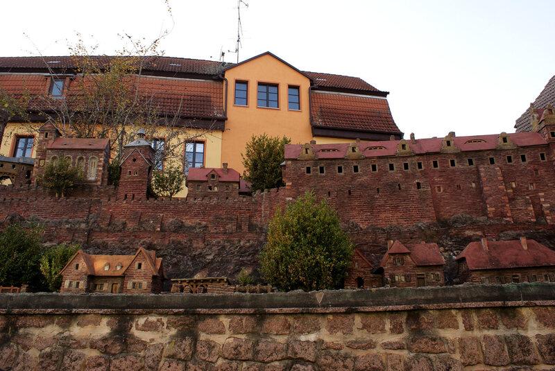 Burke Wettingen, ein ehemaliges Schloss in der Nähe der ostdeutschen Kleinstadt Wettingen, war das Stammhaus des Hauses Wettins, einer Dynastie, die mit verschiedenen herrschenden Familien in der Region und den heutigen Königen in England und Belgien verbunden war.