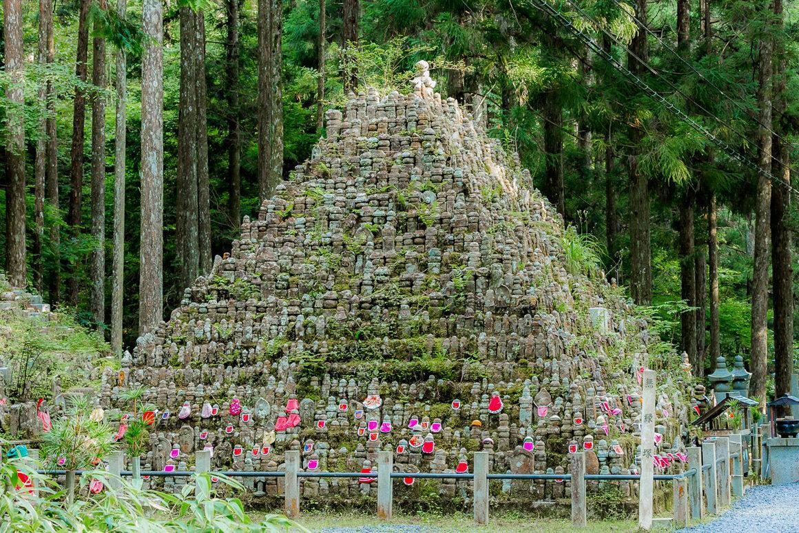 A <em>Muen-zuka</em>, shaped as a large pyramid of small Jizos.