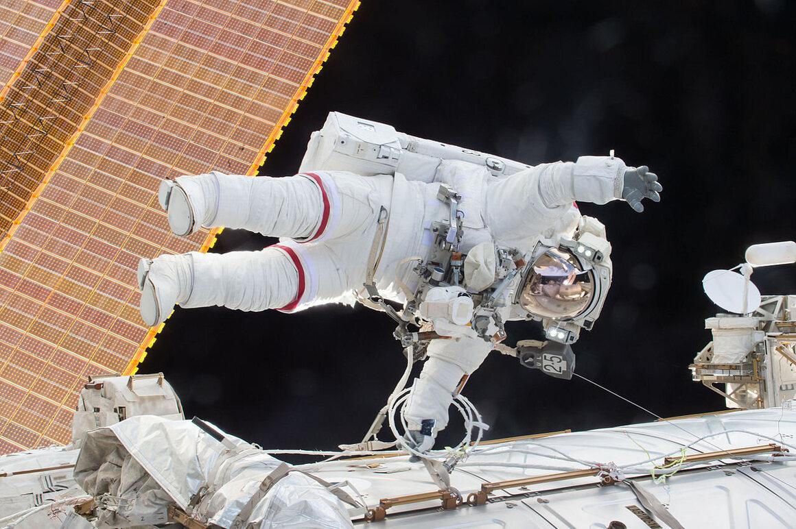 Kelly makes a repair during a spacewalk, December 21, 2015.