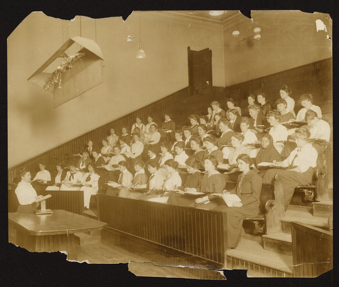 Ella B. Everitt lecturing, 1915.