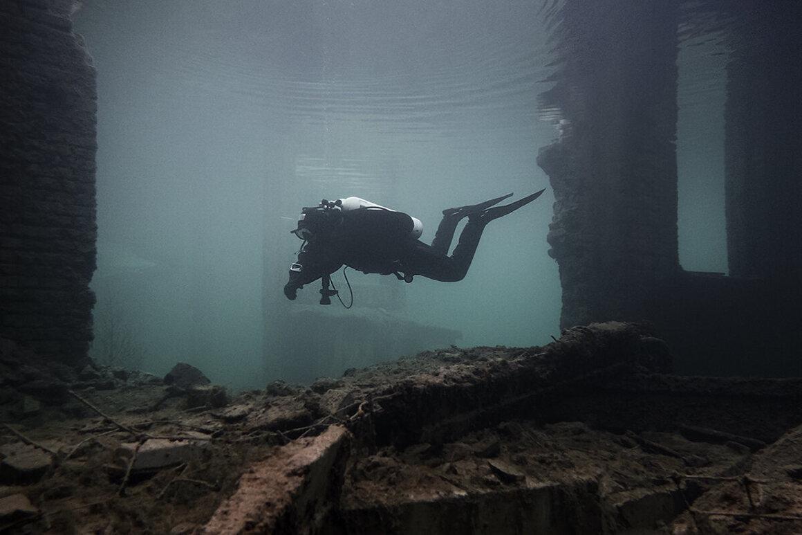 Bagian yang runtuh dari bangunan utama, menyelam dekat ke permukaan.