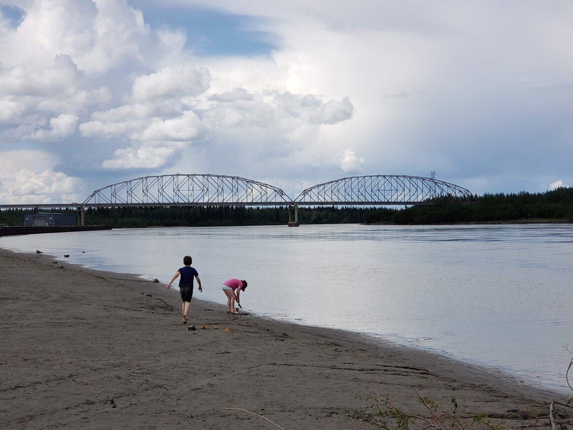 Sungai Tenana pada hari yang lebih hangat.