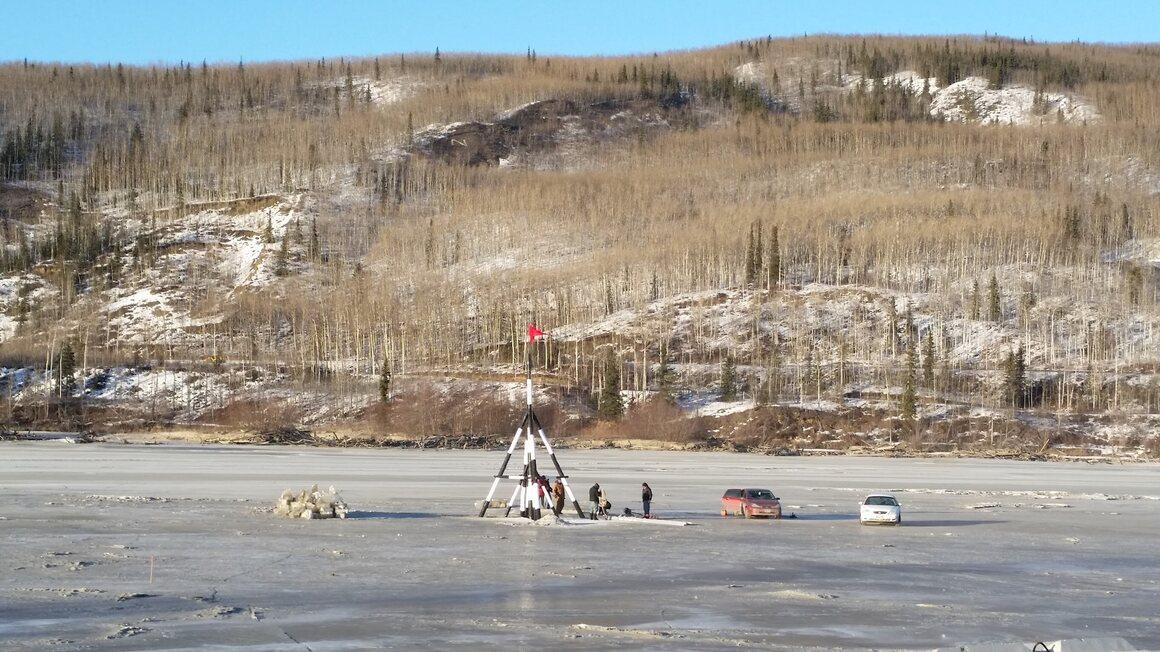 Tripod 26 kaki di atas es terpasang ke menara observasi dengan kabel.