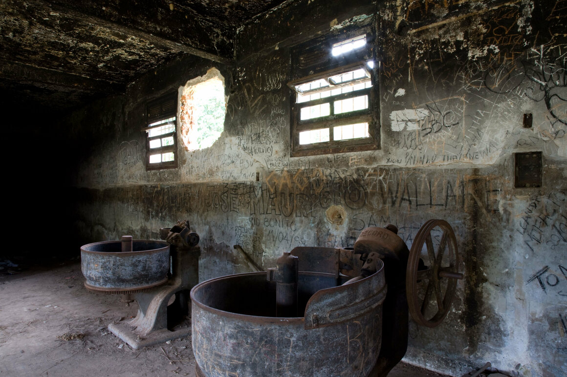 The prison in Dois Rios has largely fallen into disrepair, though it houses a small museum.