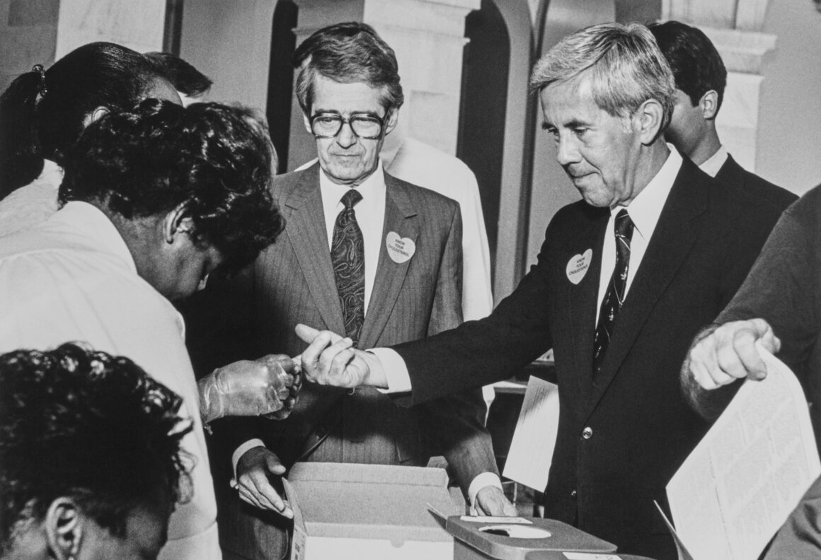 Phil Sokolof (center, in glasses) at an American Heart Savers event where politicians received blood tests in 1988.