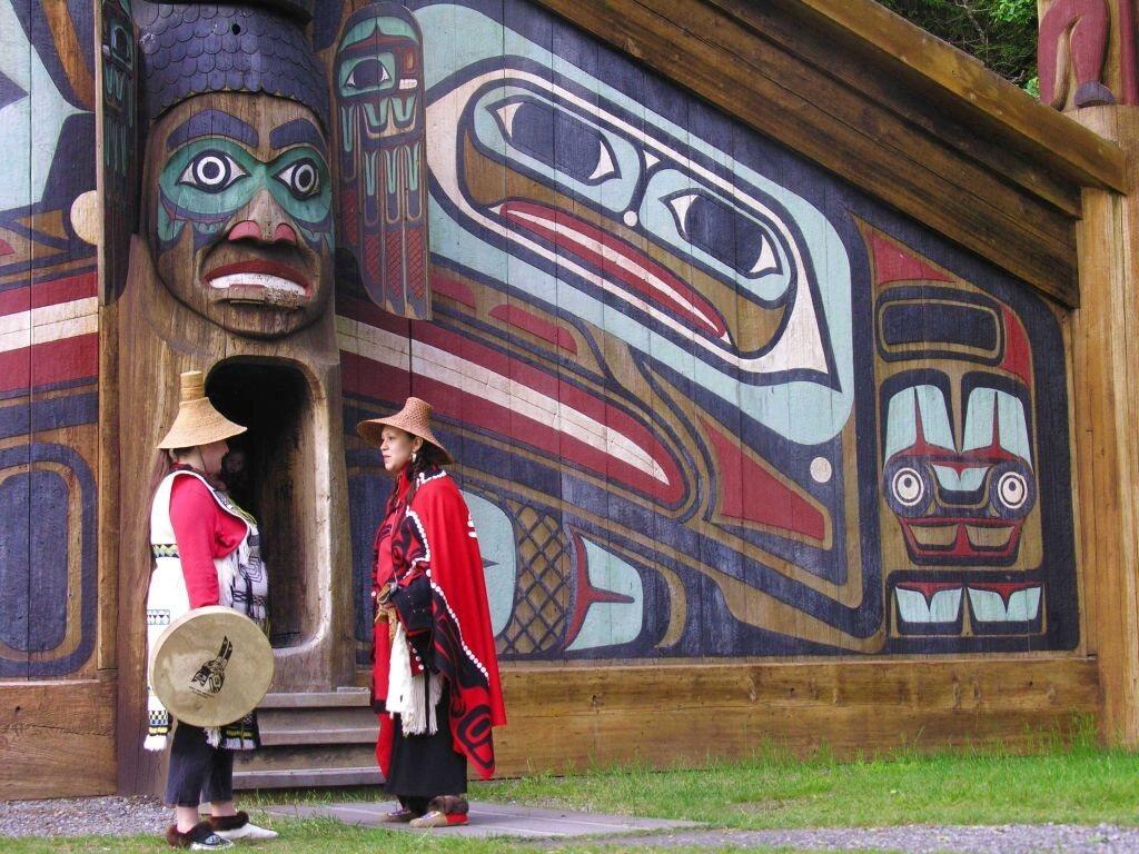 Женщины из тлинкитов перед общественным домом на Тотем-Байт в Кетчикане, Аляска.