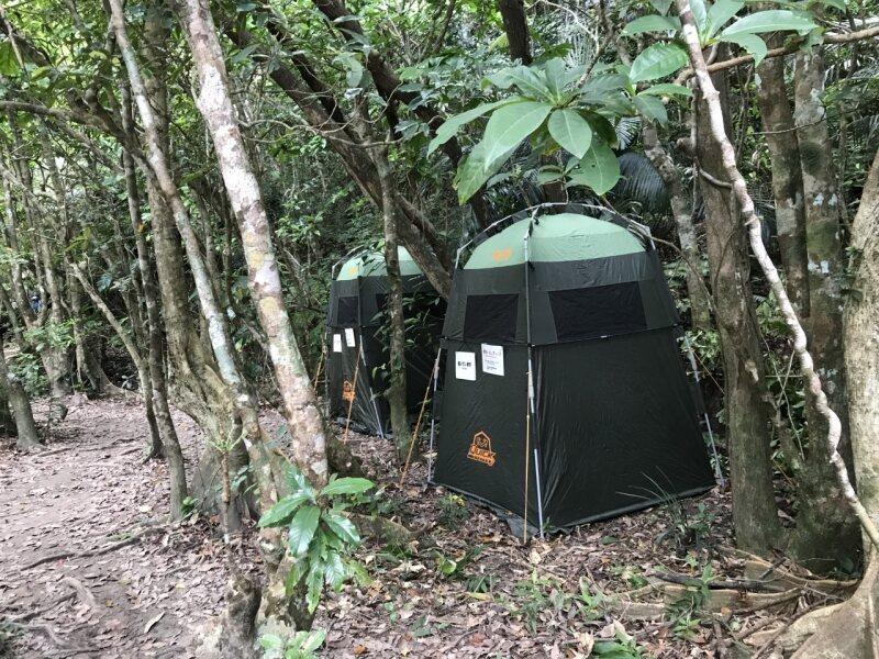 西表のジャングルに囲まれたテントトイレ。
