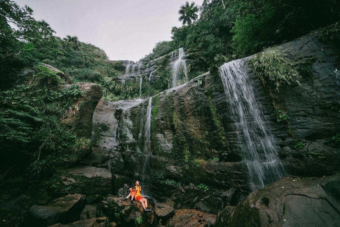 訪問者は島の滝を高く評価するがトイレまでの距離はありません。