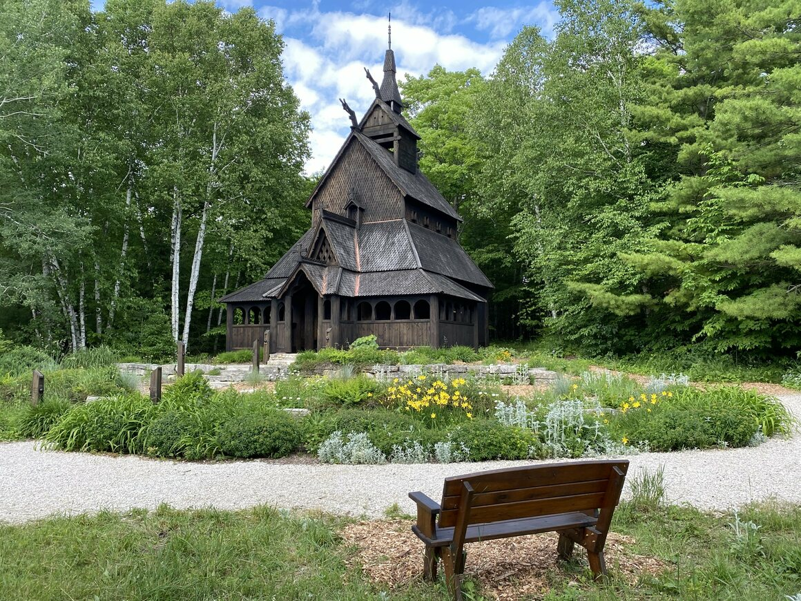 En stavkirke på Washington Island i det nordøstlige Wisconsin sprøytes noen få år med en forretningsvakt.