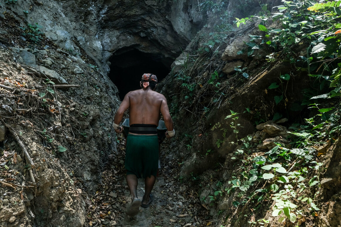 Gildardo enters the amber mine, where he will work an average of 12 hours a day with only a two-liter bottle of pozol, a drink made from maize, to sustain him.
