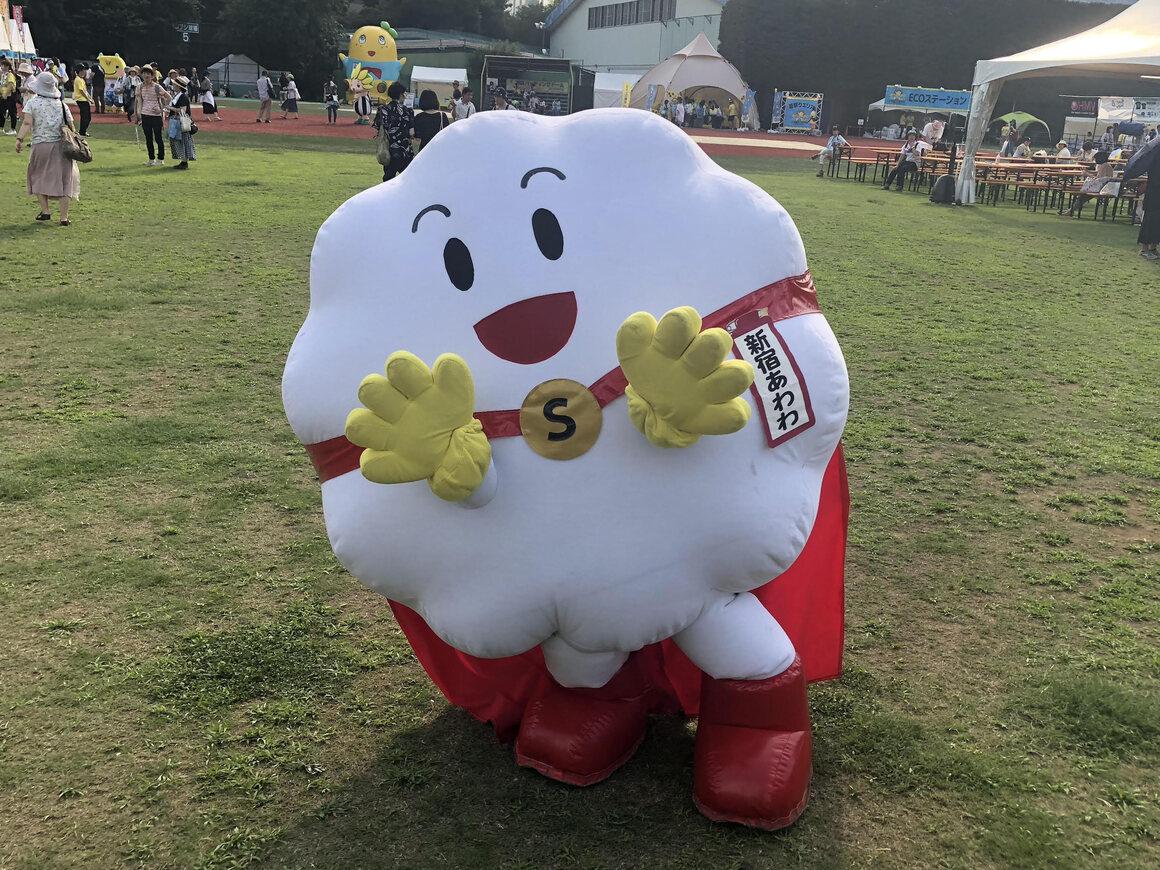 シャボン玉の形のマスコット新宿阿波と(Shinjuku Awawa)はコロナウイルス感染症を控えて手衛生の福音を広めるのに役立ちました。