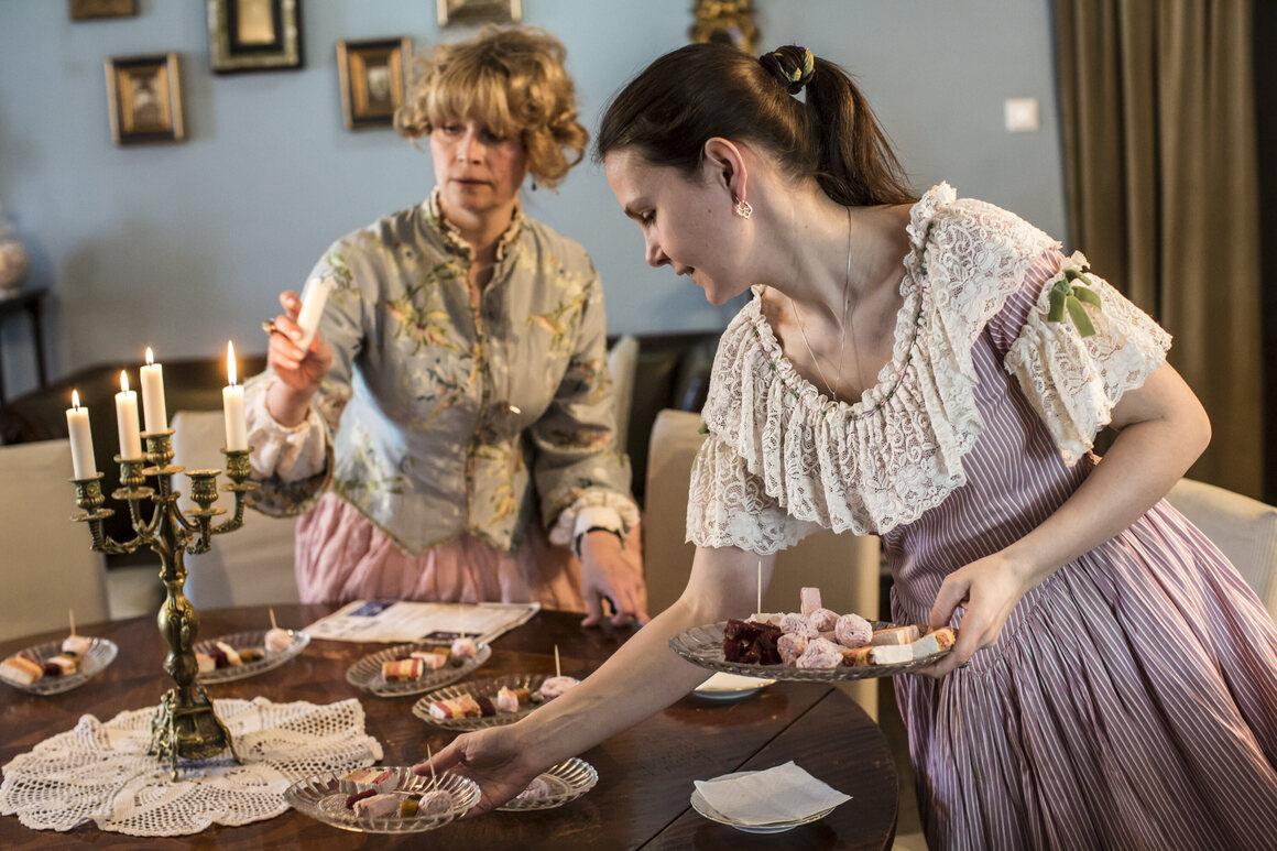Периодически одетый персонал готовит чай и пастилу в Музее забытых вкусов в Коломне.