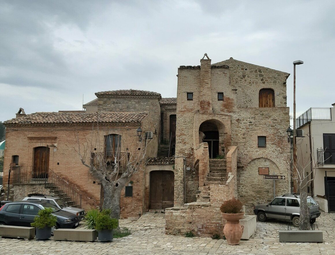 In Aliano's Piazza Garibaldi, there were several houses with eyes until the 1990s. Today only this one remains.