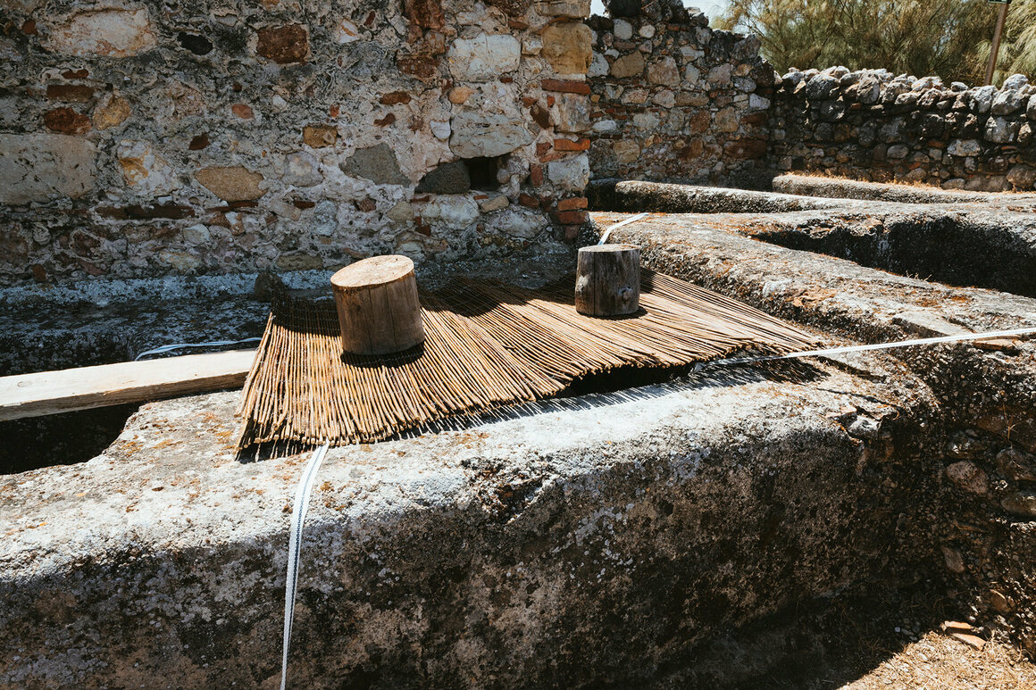 The tub covered with a mat, as in ancient Rome.