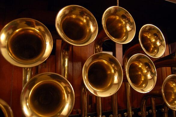 Very loud Wurlitzer horns.