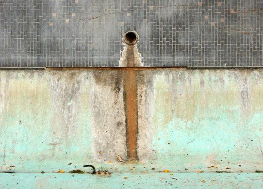 Dry fountain at Fort Moore Memorial.