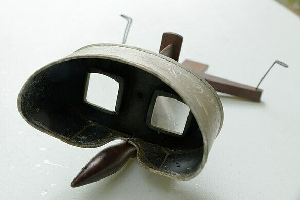 A stereoscope made by Underwood & Underwood, one of the largest manufacturers of stereoscopic images.