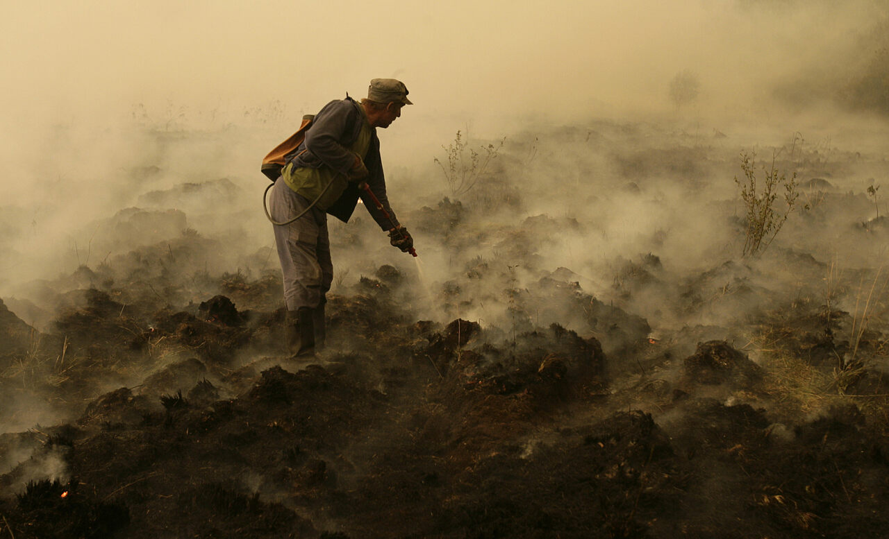 Crews worked to defeat a peat fire outside Moscow in 2010.