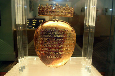 The gold reliquary containing Anne of Brittany's heart in the Dobrée Museum.