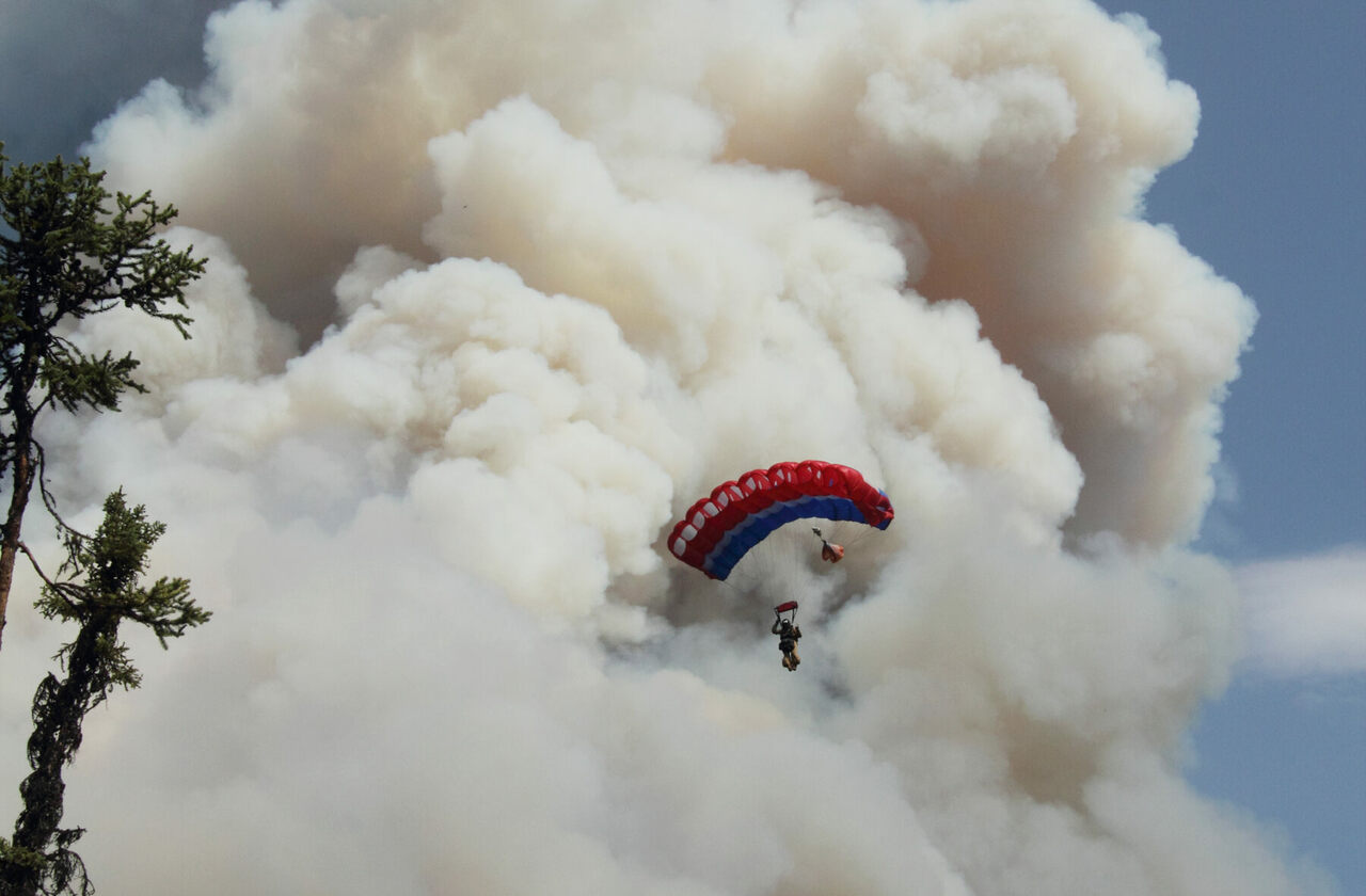 A smokejumper approaches a wildfire.