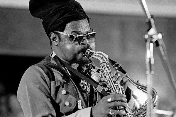 How do Saxophonists Breathe?