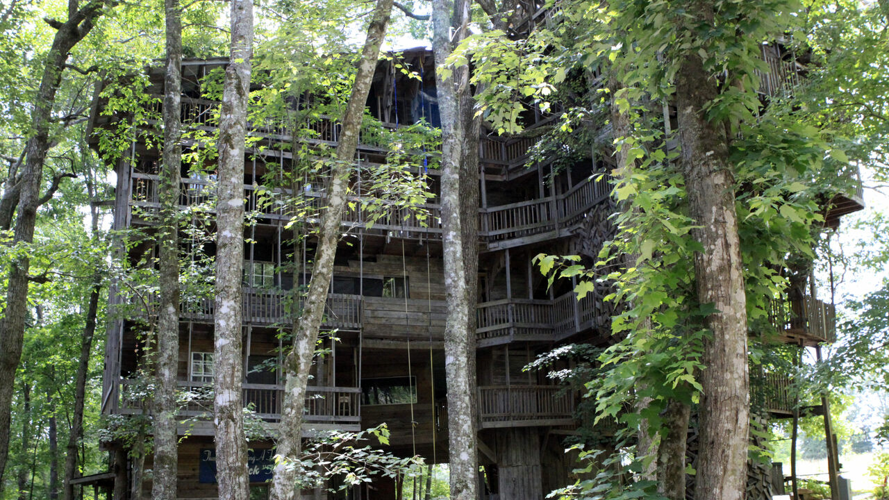 The Life And Fiery Death Of The World S Biggest Treehouse Atlas Obscura