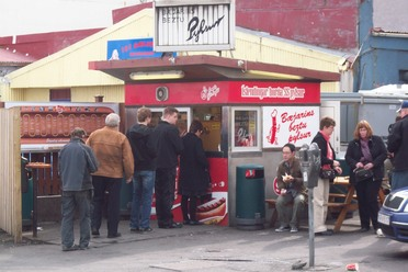 Customers queue up outside Bæjarins Beztu Pylsur.