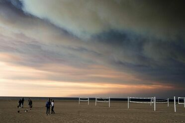 Smoke from the Woolsey Fire darkens the sky at Zuma beach in Malibu on Friday, Nov. 9, 2018.