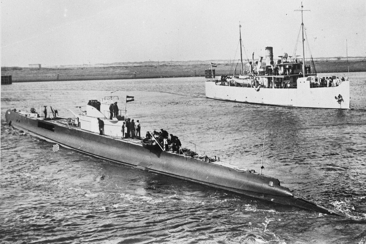 The HNLMS K XVII submarine in its prime, opposite a Dutch minelayer.