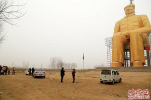 Fleeting Wonders: Chinese Farmers Build Enormous, Golden Mao