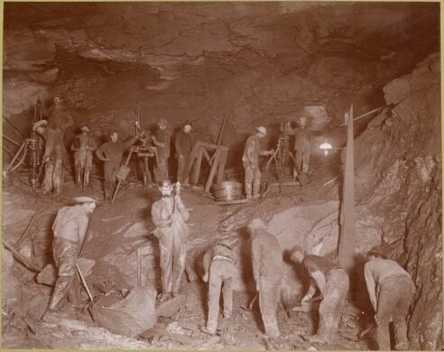Subway construction workers in New York (between 1901 and 1905)