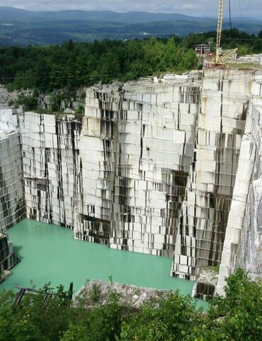 The Rock of Ages Granite Quarry is the world's largest deep-hole dimension granite quarry.
