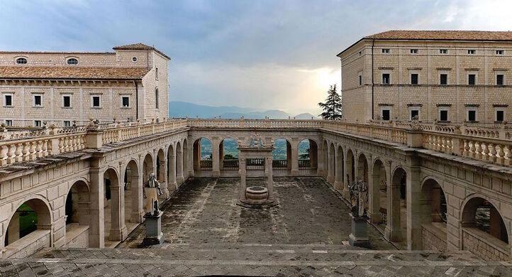 [Obrazek: 1200px-Cassino%2C_Abbazia_di_Montecassin...or_011.jpg]