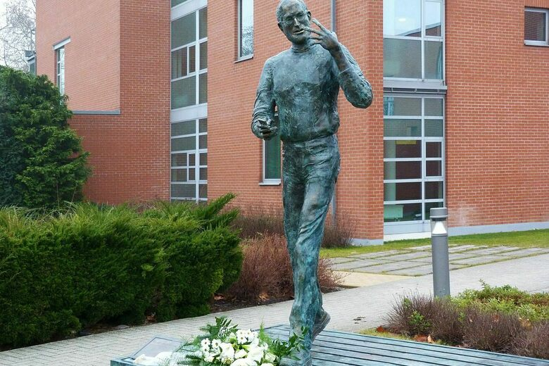 Steve Jobs Memorial Statue