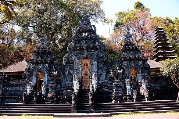 Hasil gambar untuk goa lawah temple