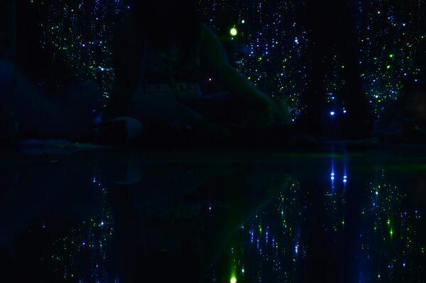 Fireflies the yayoi kusama infinity room phoenix arizona atlas obscura - Firefly barcelona ...