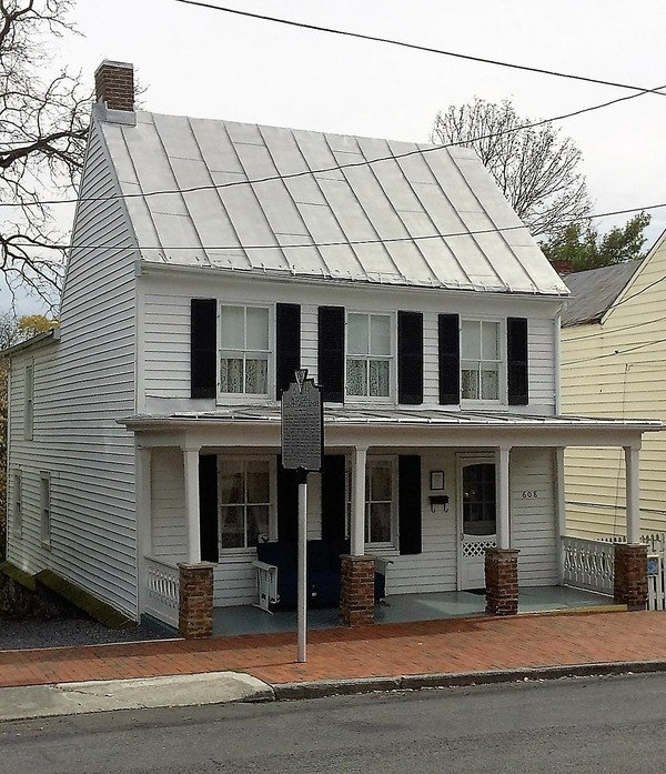Patsy cline 39 s childhood home and grave winchester for Cline homes