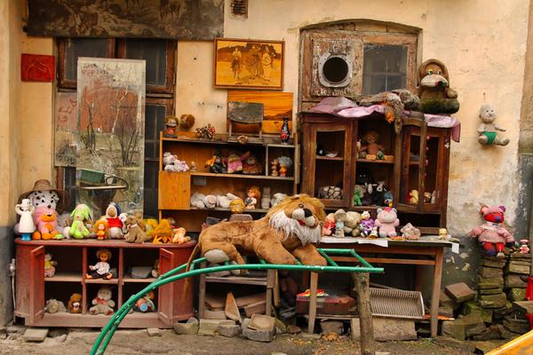 8 Toys Yeards : Yard of lost toys lviv ukraine atlas obscura